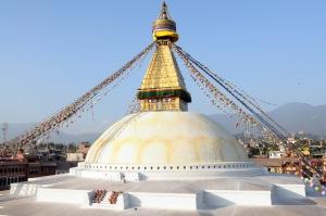 The Boudhanath or Mata Buddha (Batu Wisnu) dengan bendera doa Wind Horse