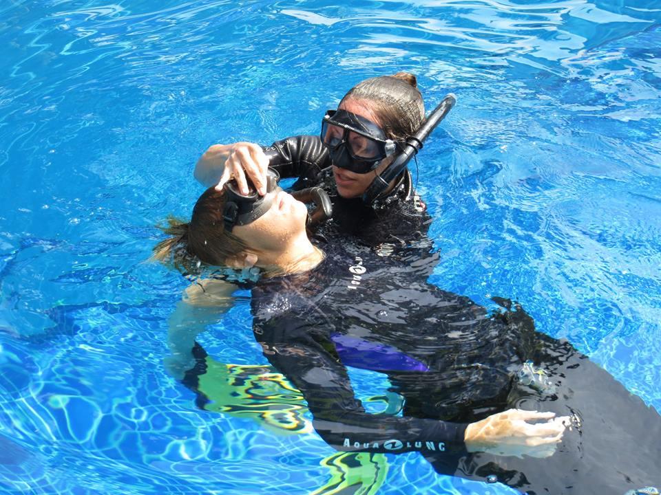 Latihan Rescue di Kolam Renang